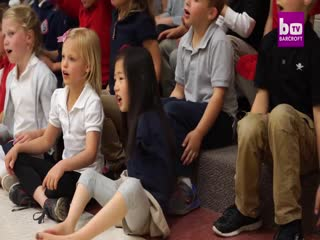 Incredible Seven-Year-Old Uses Her Feet As Hands